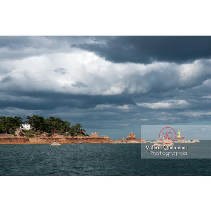 Vue du large sur l'île de Bréhat / Côtes d'Armor / Bretagne - Réf : VQFR22-0428 (Q2)