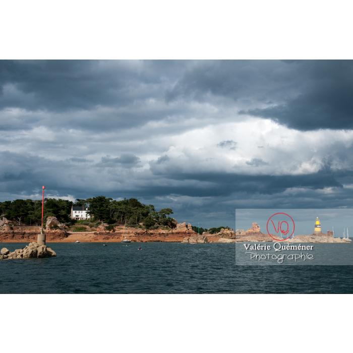 Vue du large sur l'île de Bréhat / Côtes d'Armor / Bretagne - Réf : VQFR22-0429 (Q2)