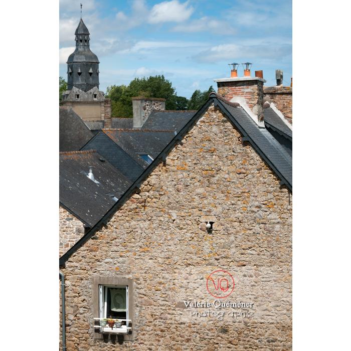 Enchevêtrement de toits de maisons en pierres à Châtelaudren / Côtes d'Armor / Bretagne - Réf : VQFR22-0450 (Q1)
