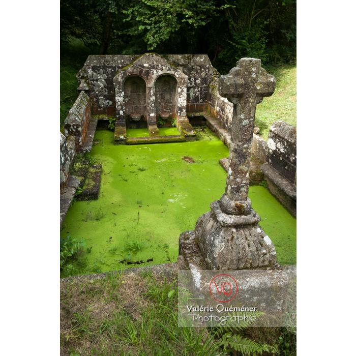Fontaine des 7 saints à Bulat-Pestivien / Côtes d'Armor / Bretagne - Réf : VQFR22-0470 (Q2)