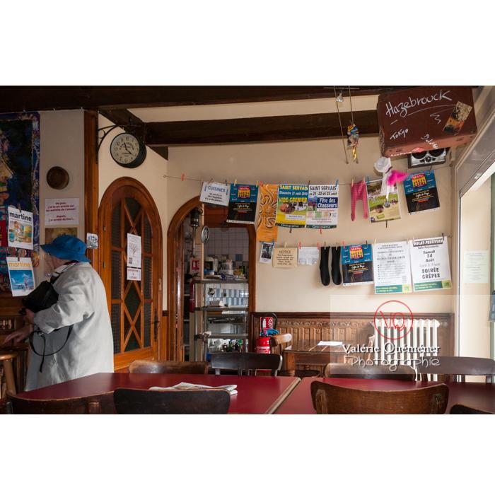Intérieur d'un café à Bulat-Pestivien / Côtes d'Armor / Bretagne - Réf : VQFR22-0483 (Q2)