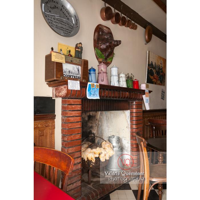 Cheminée dans un café à Bulat-Pestivien / Côtes d'Armor / Bretagne - Réf : VQFR22-0484 (Q2)