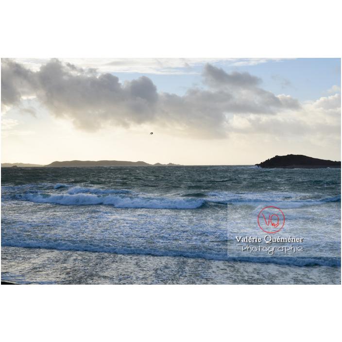 Vent fort sur le littoral de Port-Blanc, commune de Penvénan - Vue sur l'île Brug et l'ile Tomé / Côtes d'Armor (22) / France - Réf : VQFR22-3030 (Q3)