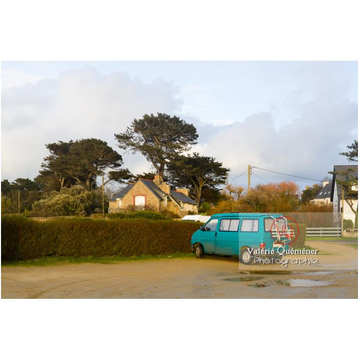 Van camping-car de tourisme garé proche du littoral, Port-Blanc, commune de Penvénan / Côtes d'Armor (22) / France - Réf : VQFR22-3045 (Q3)