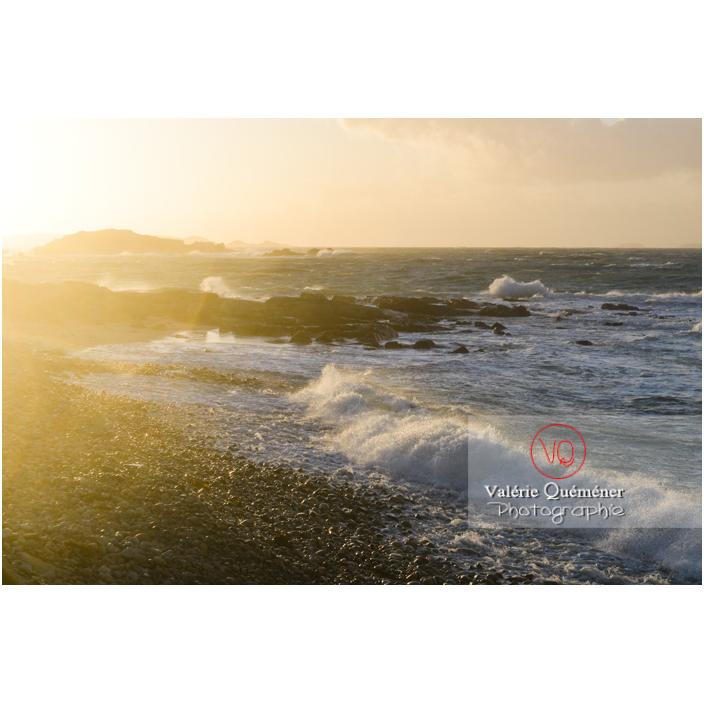 Vent fort sur le littoral de Port-Blanc, commune de Penvénan - Vue sur l'île Brug / Côtes d'Armor (22) / France - Réf : VQFR22-3063 (Q3)