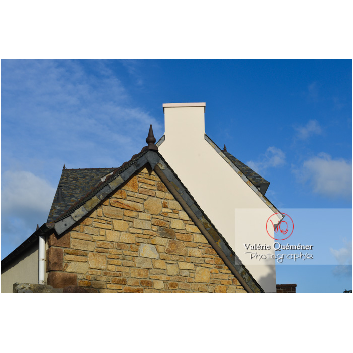Mix de style ancien en pierre et nouveau de pignons de maison bretonne à Port-Blanc, commune de Penvénan / Côtes d'Armor (22) / France - Réf : VQFR22-3085 (Q3)