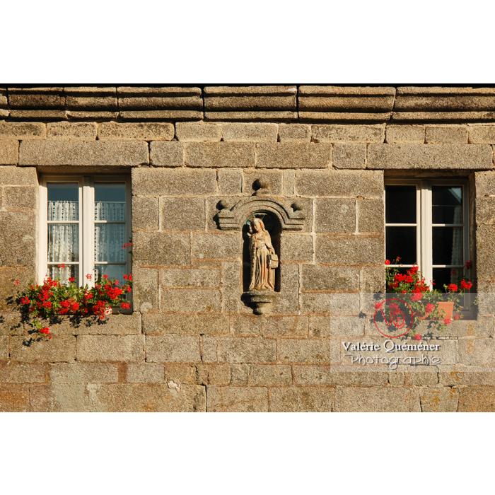 Géranium aux fenêtres d'une maison à Locronan / Finistère / Bretagne - Réf : VQFR29-0178 (Q1)