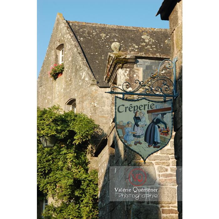 Enseigne de crêperie à Locronan / Bretagne - Réf : VQFR29-0179 (Q1)