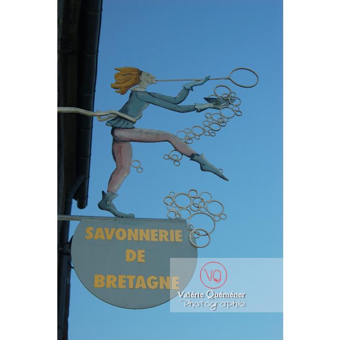 Enseigne de savonnerie à Locronan / Finistère / Bretagne - Réf : VQFR29-0182 (Q1)