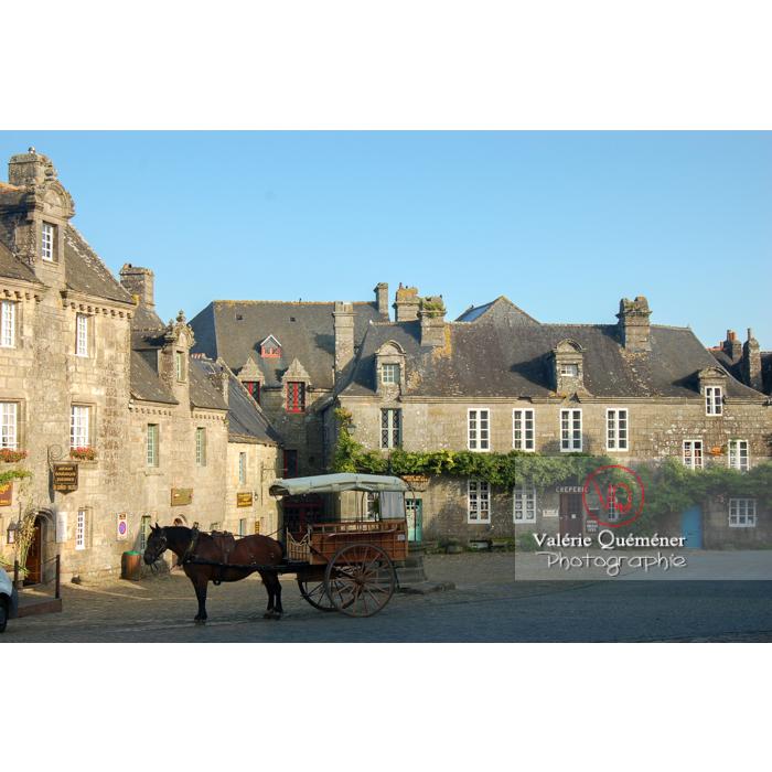 Cheval attaché à une cariole sur la place du marché de Locronan / Finistère / Bretagne - Réf : VQFR29-0186 (Q1)