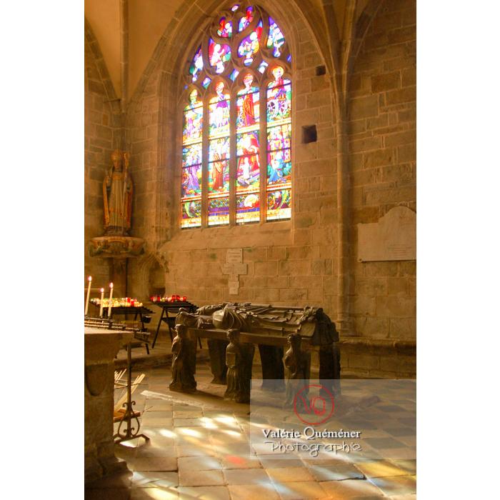 Tombeau de St-Ronan dans l'église Saint-Ronan à Locronan / Finistère / Bretagne - Réf : VQFR29-0188 (Q1)
