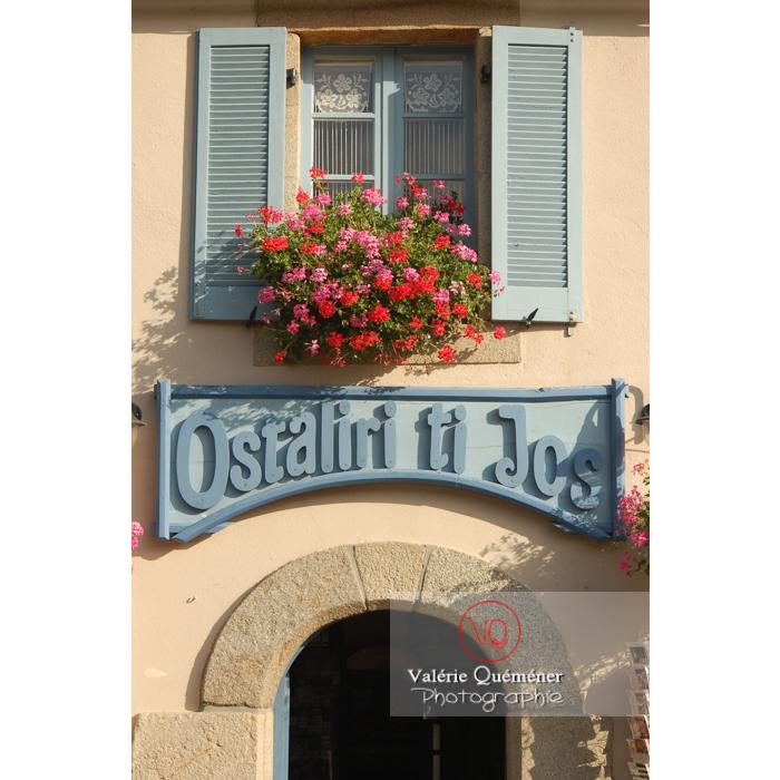 Façade fleurie à Locronan / Finistère / Bretagne - Réf : VQFR29-0195 (Q1)
