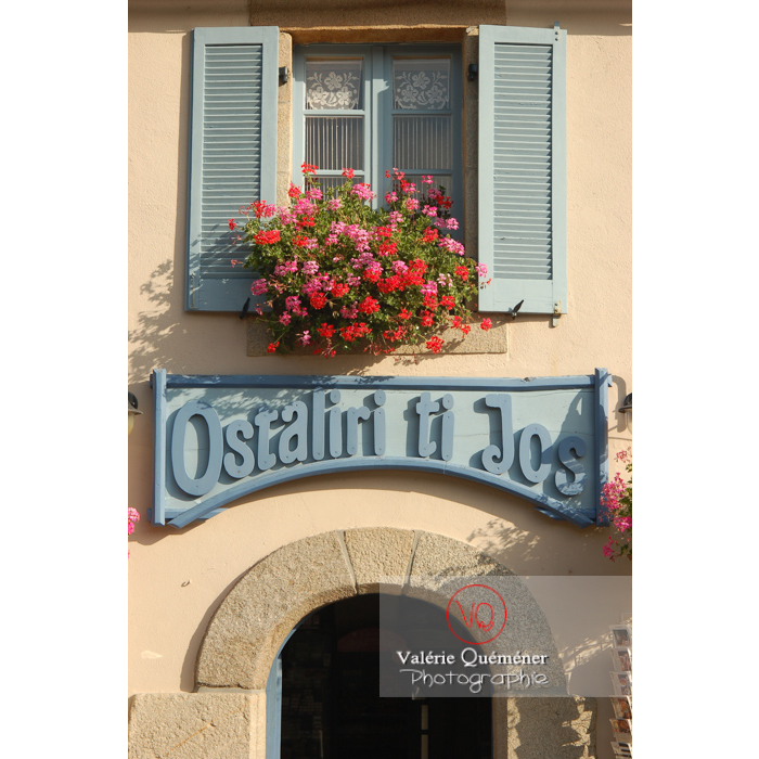 Façade fleurie de géranium à Locronan / Finistère / Bretagne - Réf : VQFR29-0195 (Q1)