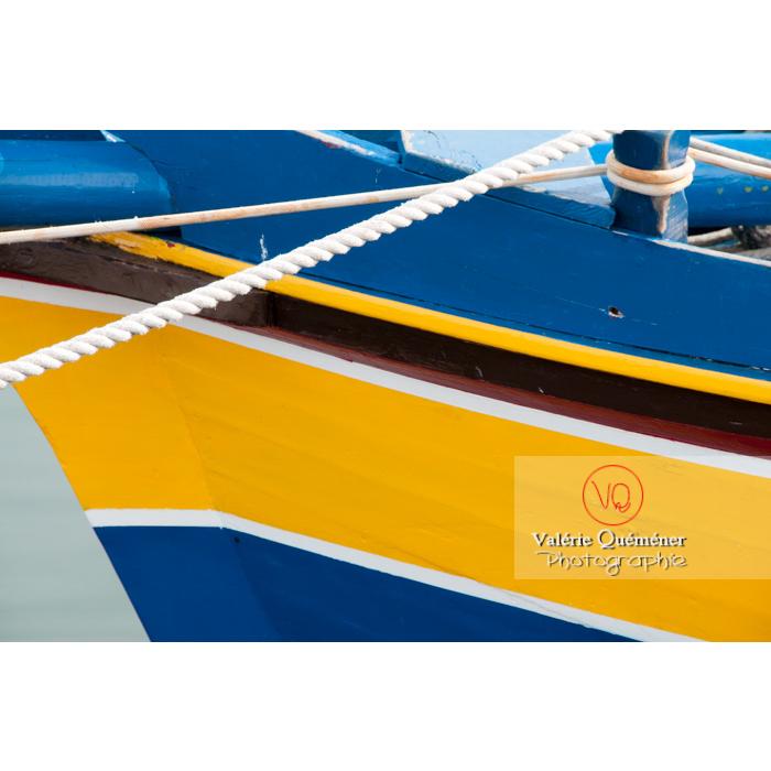 Détail d'une coque de bateau jaune et bleue au port du Grau-du-Roi / Gard / Occitanie - Réf : VQFR30-0041 (Q2)