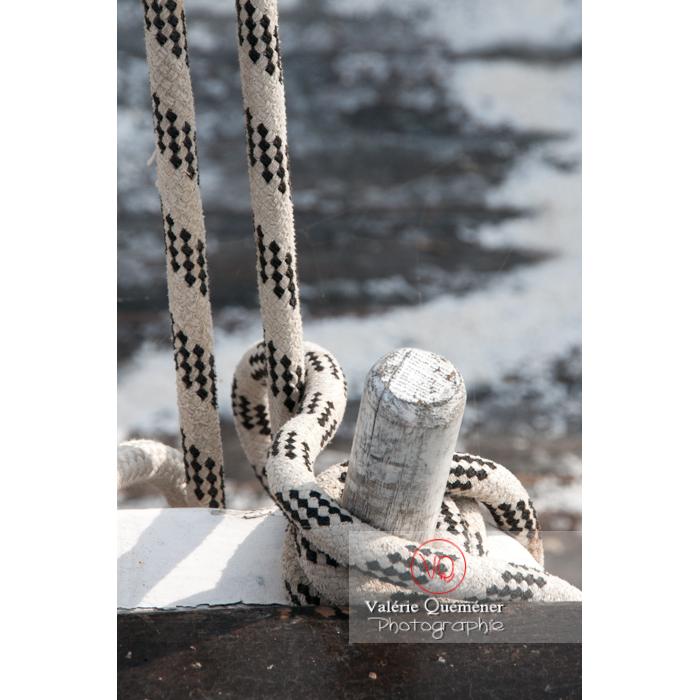 Corde de bateau dans le port du Grau-du-Roi / Gard / Occitanie - Réf : VQFR30-0045 (Q2)