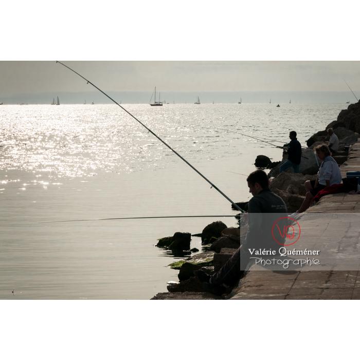 Silhouettes de pêcheurs à la ligne sur la digue au Grau-du-Roi / Gard / Occitanie - Réf : VQFR30-0049 (Q2)