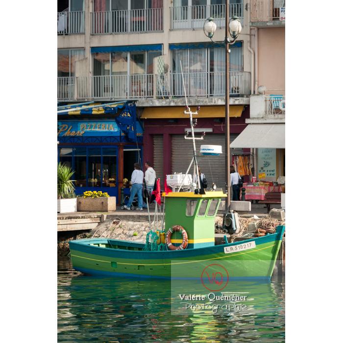 Joli bateau de pêche vert dans le port du Grau-du-Roi / Gard / Occitanie - Réf : VQFR30-0052 (Q2)