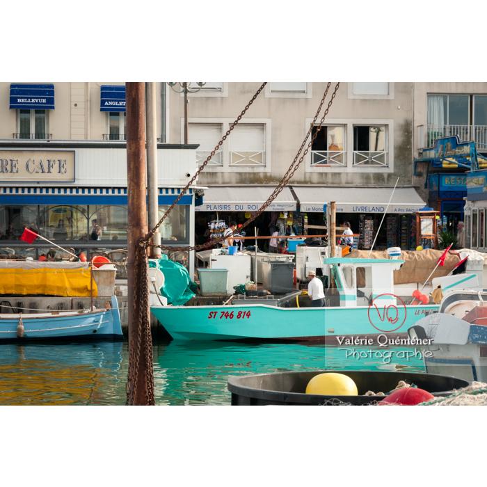 Joli bateau de pêche turquoise dans le port du Grau-du-Roi / Gard / Occitanie - Réf : VQFR30-0053 (Q2)