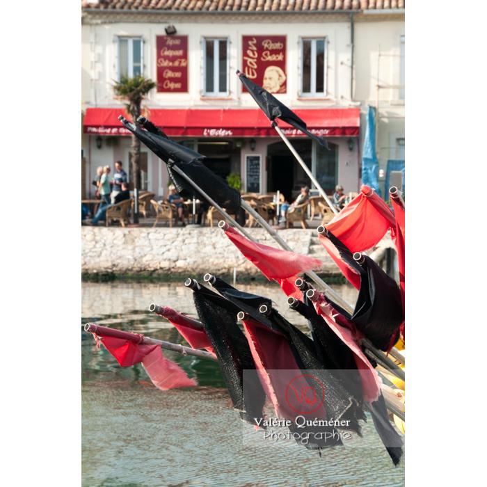 Drapeaux noir et rouge au port du Grau-du-Roi / Gard / Occitanie - Réf : VQFR30-0055 (Q2)