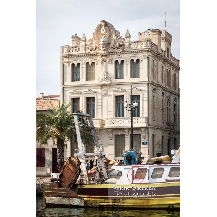 La maison du dauphin, maison bourgeoise à la façade sculptée de cet animal à son sommet, au port du Grau-du-Roi / Gard / Occitanie - Réf : VQFR30-0056 (Q2)