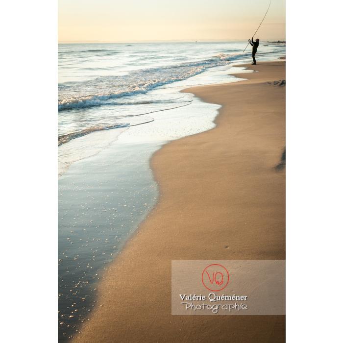 Pêcheur à la ligne sur la plage de l'Espiguette en petite camargue / Gard / Occitanie - Réf : VQFR30-0081 (Q2)