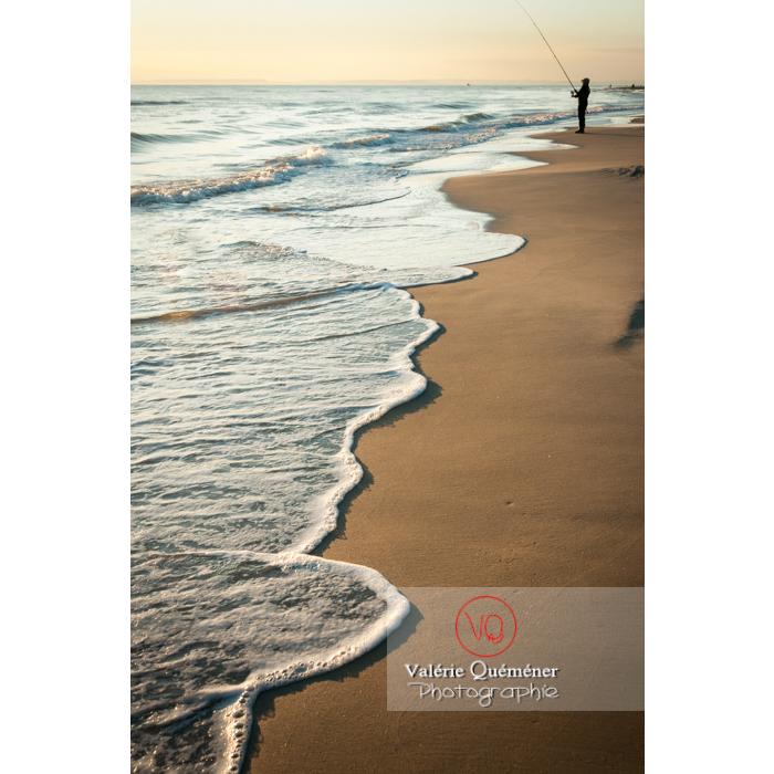 Pêcheur à la ligne sur la plage de l'Espiguette, petite camargue / Gard / Occitanie - Réf : VQFR30-0082 (Q2)