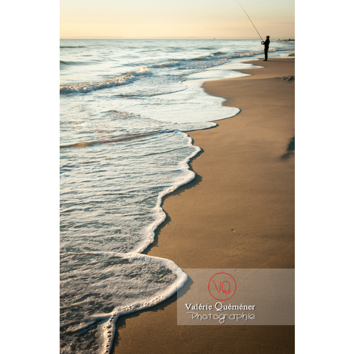 Pêcheur à la ligne au coucher du soleil sur la plage de l'Espiguette en petite camargue / Gard / Occitanie - Réf : VQFR30-0082 (Q2)