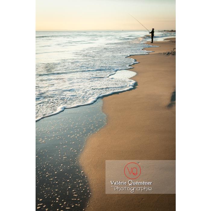 Pêcheur à la ligne sur la plage de l'Espiguette en petite camargue / Gard / Occitanie - Réf : VQFR30-0083 (Q2)