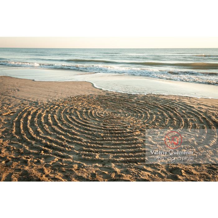 Land-Art de cercles sur la plage de l'Espiguette en petite camargue / Gard / Occitanie - Réf : VQFR30-0084 (Q2)