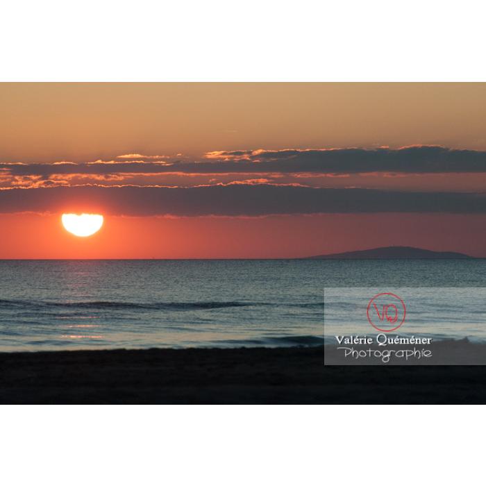 Coucher de soleil depuis la plage de l'Espiguette en petite camargue / Gard / Occitanie - Réf : VQFR30-0095 (Q2)