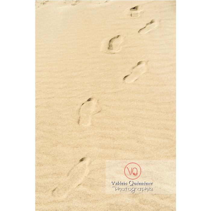 Traces de pas dans le sable de la plage de l'Espiguette, petite camargue / Gard / Occitanie - Réf : VQFR30-0253 (Q3)