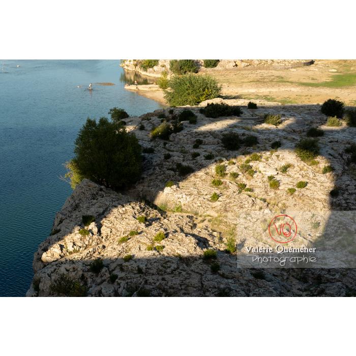 Ombre du pont du Gard (MH) à côté du Gardon / Occitanie - Réf : VQFR30-0395 (Q3)