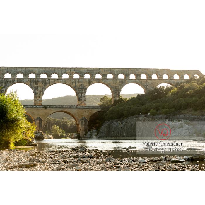 Le pont du Gard (MH) enjambant le Gardon, un soir d'été / Occitanie - Réf : VQFR30-0407 (Q3)