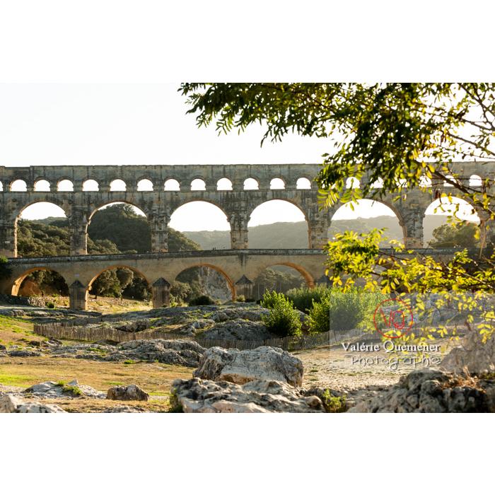 Pierres calcaires sur le site du pont du Gard (MH) dans la vallée du Gardon / Occitanie - Réf : VQFR30-0408 (Q3)