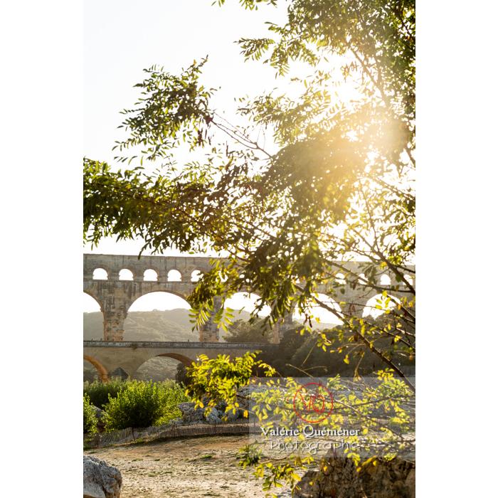 Le pont du Gard (MH) par une belle soirée d'été / Occitanie - Réf : VQFR30-0409 (Q3)