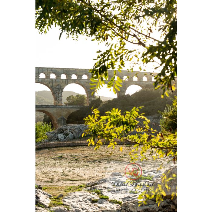 Le pont du Gard (MH) dans la vallée du Gardon / Occitanie - Réf : VQFR30-0410 (Q3)