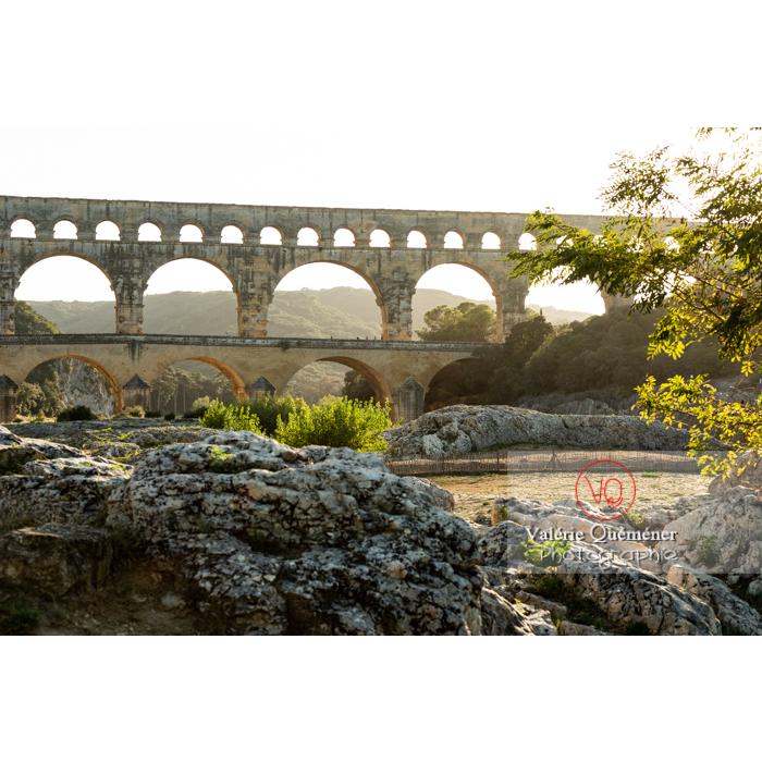 Site de pierres calcaires sous le pont du Gard (MH) dans la vallée du Gardon / Occitanie - Réf : VQFR30-0412 (Q3)