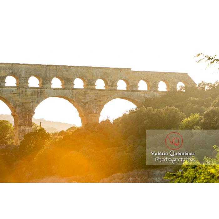 Pierres manquantes du niveau supérieur du pont du Gard (MH) au coucher du soleil / Occitanie - Réf : VQFR30-0415 (Q3)
