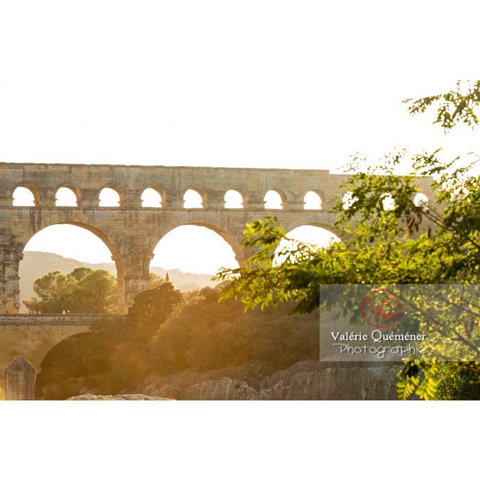 Niveau moyen et supérieur du pont du Gard (MH) au coucher du soleil / Occitanie - Réf : VQFR30-0416 (Q3)