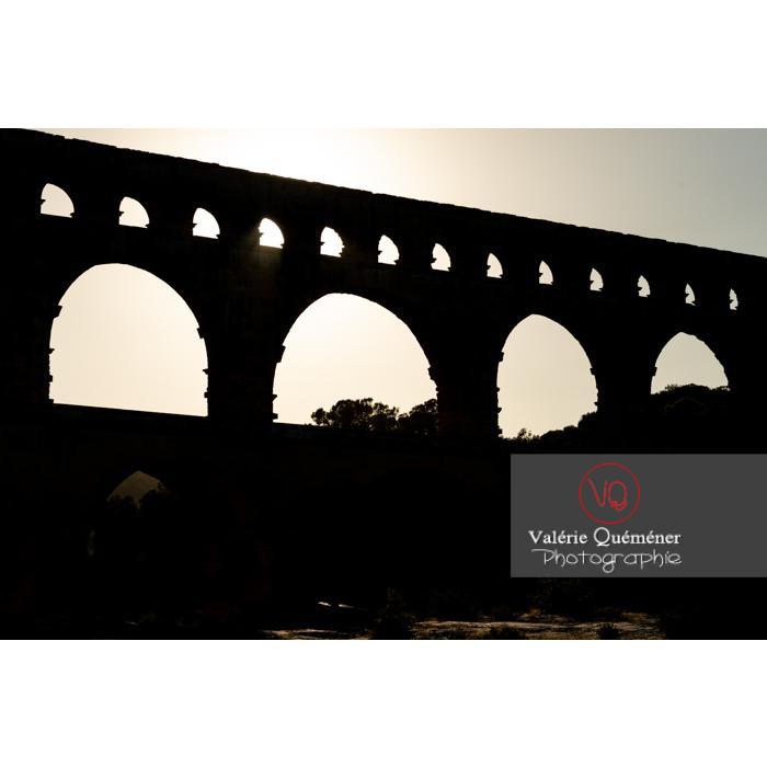 Silhouette des arches du pont du Gard (MH) au soir / Occitanie - Réf : VQFR30-0421 (Q3)