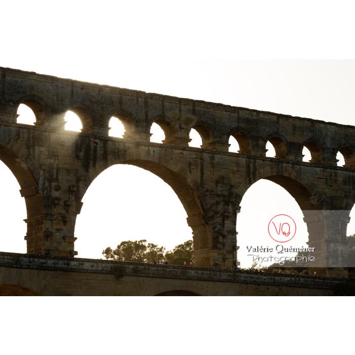 Silhouette des étages supérieurs du pont du Gard (MH) au coucher du soleil / Occitanie - Réf : VQFR30-0424 (Q3)