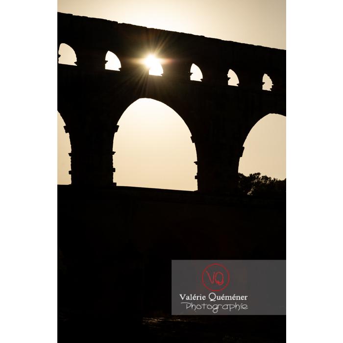 Silhouette des arches du pont du Gard (MH) au coucher du soleil / Occitanie - Réf : VQFR30-0434 (Q3)
