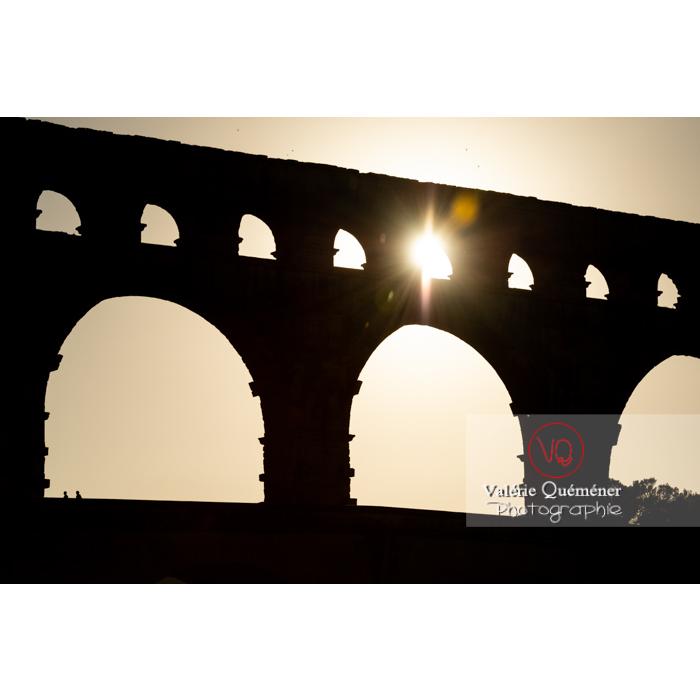 Soleil à travers une arche du pont du Gard (MH) / Occitanie - Réf : VQFR30-0435 (Q3)