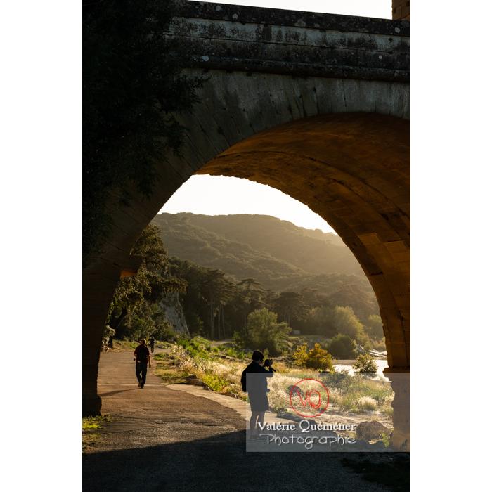 Route sous une arche du niveau inférieur du pont du Gard (MH) au coucher du soleil / Occitanie - Réf : VQFR30-0443 (Q3)