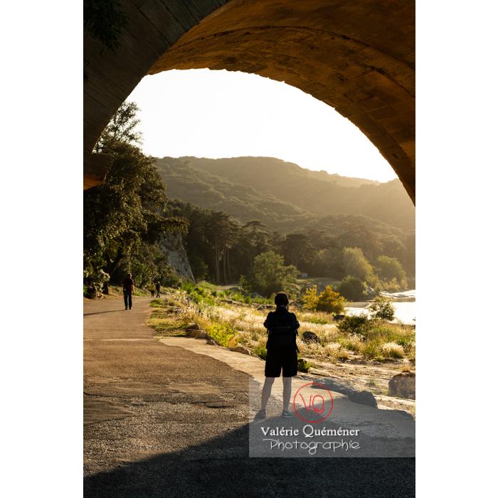 Route sous le pont du Gard (MH) dans la vallée du Gardon / Occitanie - Réf : VQFR30-0444 (Q3)