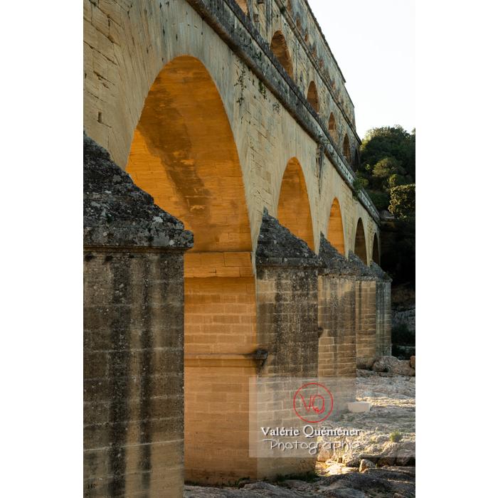 Arches du niveau inférieur du pont du Gard (MH) au coucher du soleil / Occitanie - Réf : VQFR30-0446 (Q3)