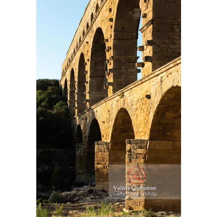 Relief des arches du pont du Gard (MH) par une lumière chaude du soir  / Occitanie - Réf : VQFR30-0447 (Q3)