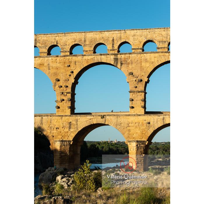 Les 3 niveaux du pont du Gard (MH) éclairés par la lumière chaude du soir / Occitanie - Réf : VQFR30-0450 (Q3)