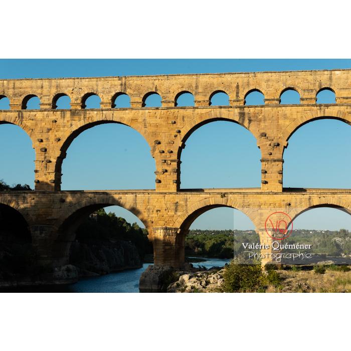 Les 3 niveaux du pont du Gard (MH) éclairés par la lumière chaude du soir / Occitanie - Réf : VQFR30-0451 (Q3)