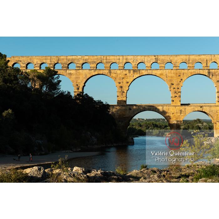 Lumière chaude du soir du pont du Gard (MH) / Occitanie - Réf : VQFR30-0454 (Q3)